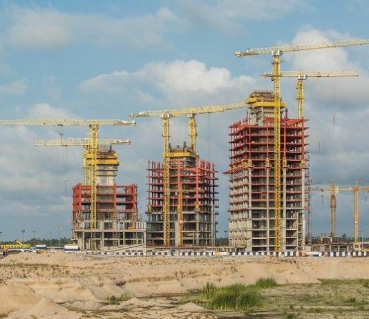 COMANSA cranes build a luxury residential complex in Nigeria